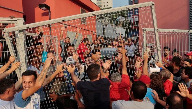 Los seguidores de Lula bloquean el paso de su vehículo.