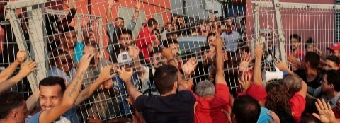Los fieles del ex presidente han bloqueado su salida del Sindicato.