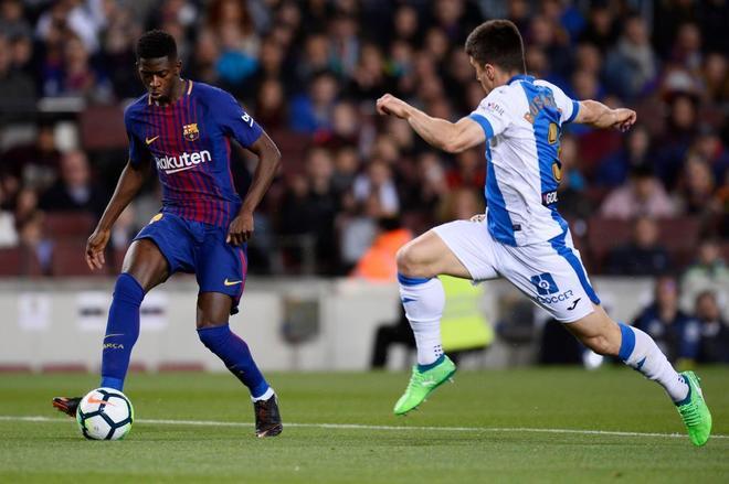 Bustinza (dcha.) intenta  llegar a Dembélé para quitarle el balón en el Camp Nou.
