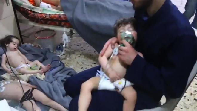 Niños intoxicados por los gases en el barrio de Douma, en las afueras de Damasco.