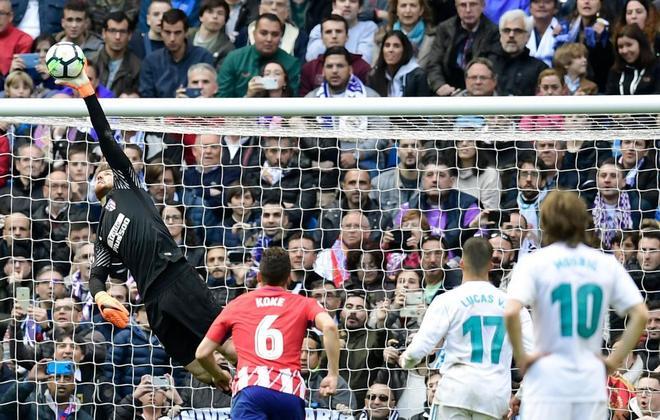 Oblak detiene un lanzamiento de falta a Sergio Ramos, en los minutos finales.