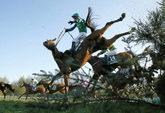 Una espectacular imagen de uno de los obstáculos del Grand National...