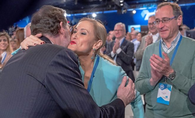 El presidente del Gobierno, Mariano Rajoy, saluda a la presidenta...