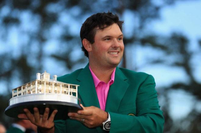 Patrick Reed posa con el trofeo y la ansiada chaqueta verde.