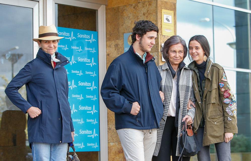 Doña Sofía posa con Froilán y Victoria Federica a las puertas del hospital donde han operado a Don Juan Carlos.