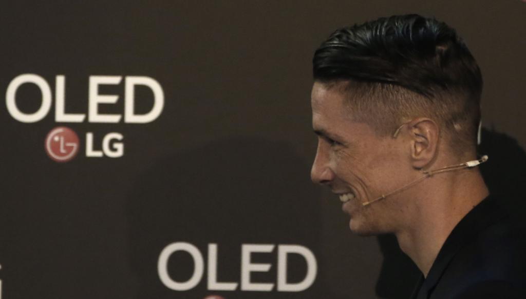 GRAF9583. MADRID (ESPAÑA), 05/10/2017.- El delantero del Atlético de Madrid, Fernando Torres, durante la prueba de la inteligencia artificial de los nuevos televisores esta mañana en Madrid. EFE/Javier Lizón