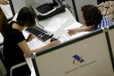 Un contribuyente hace la declaración de la renta en una delegación...