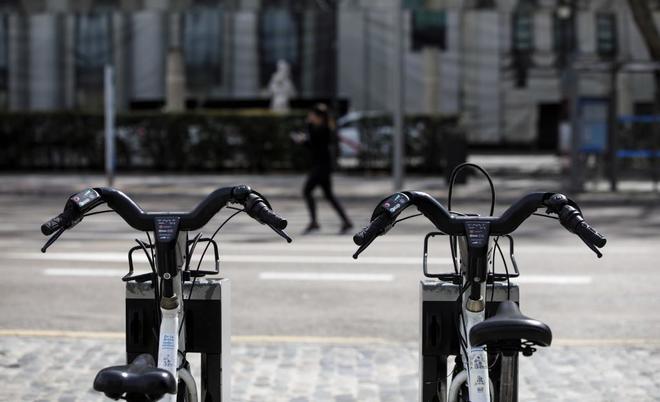 Dos bicicletas de Bicimad ancladas en una calle de Madrid.