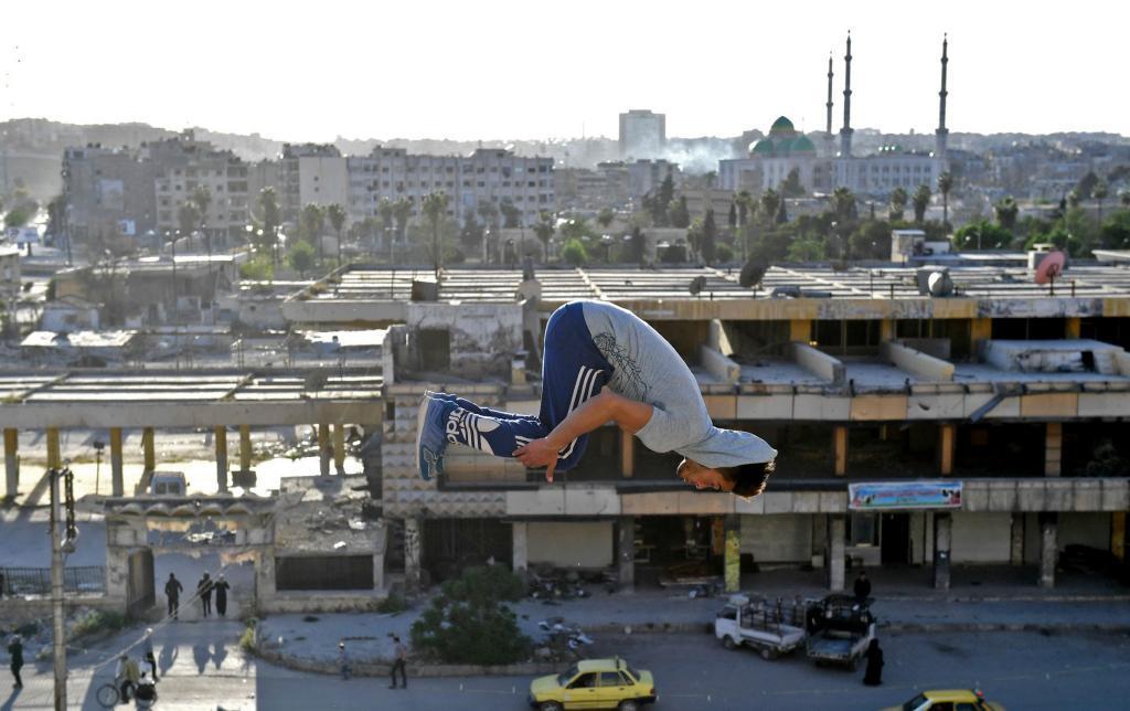 Un joven sirio practica parkour en lo que queda de la ciudad de Alepo, al norte del país, recuperada por el el Gobierno de Asad en diciembre de 2016.