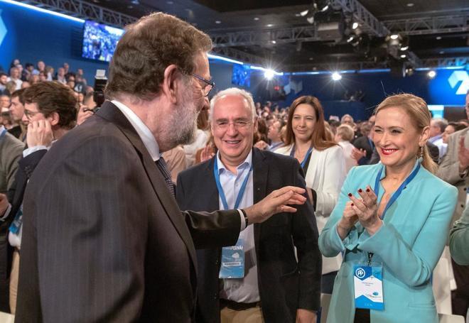 Mariano Rajoy saluda a Cristina Cifuentes, ayer, en la Convencional Nacional del PP en Sevilla.