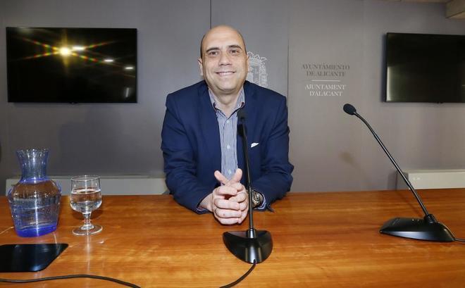Gabriel Echávarri durante una de las últimas ruedas de prensa como alcalde