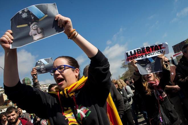 Manifestantes convocados por los Comités de Defensa de la República contra la presencia de Felipe VI, ayer, en Barcelona.