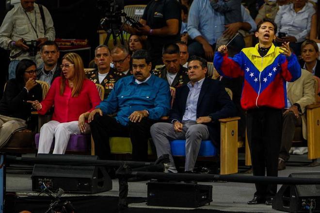 El presidente venezolano, Nicolás Maduro (centro), y su esposa Cilia Flores (izda.), asisten a un concierto.