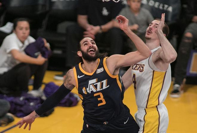 Ricky lucha por un rebote contra Caruso, de los Lakers.