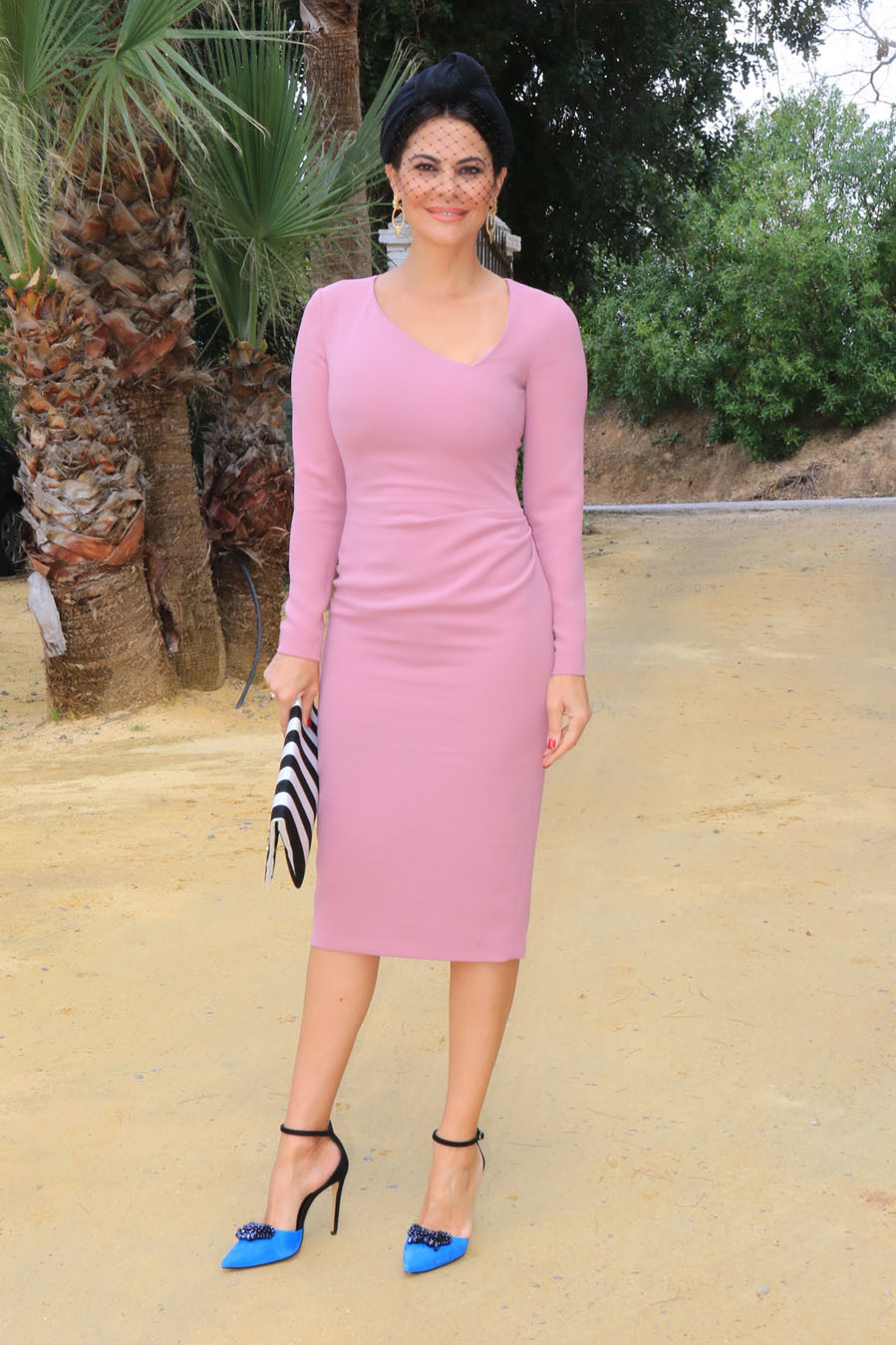 3a8e8387cb María José Suárez con vestido ajustado rosa palo de manga larga