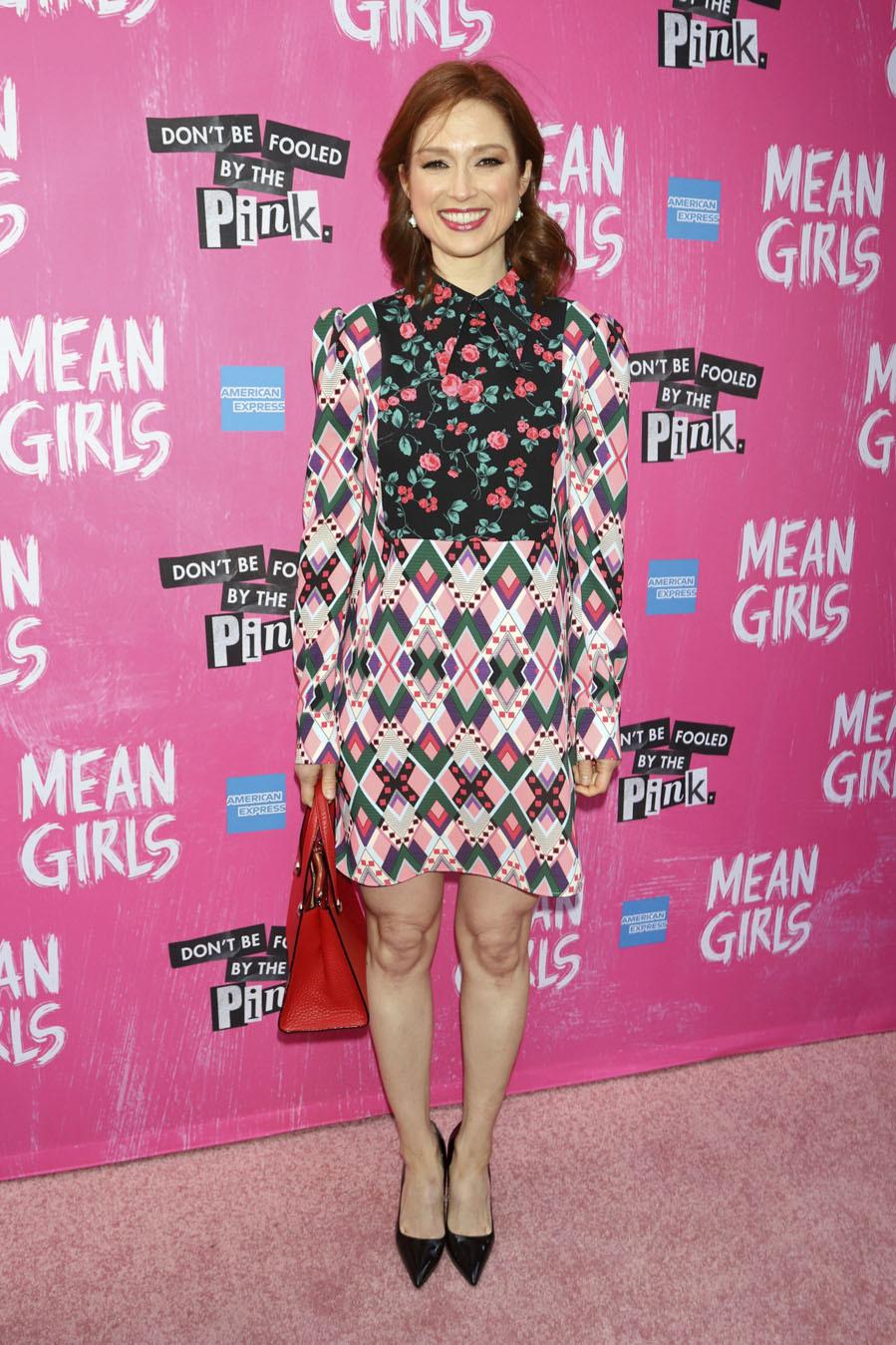 ee1846c6c2 Ellie Kemper con vestido de estampado geométrico y floral en tonos rosas