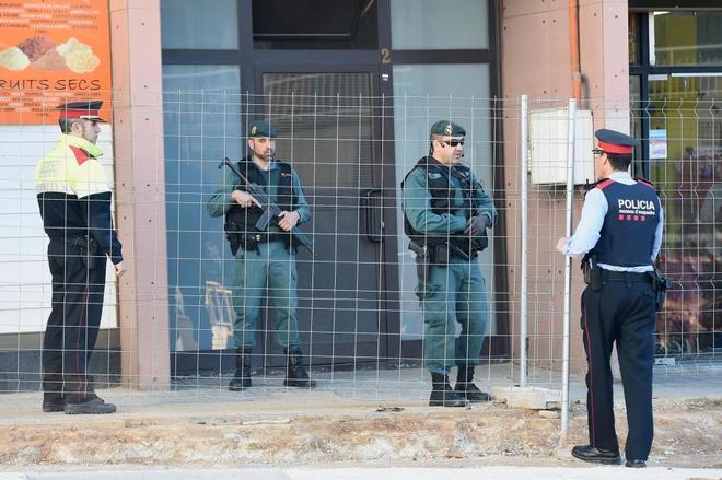 Dispositivo policial ante el domicilio de una de las detenidas