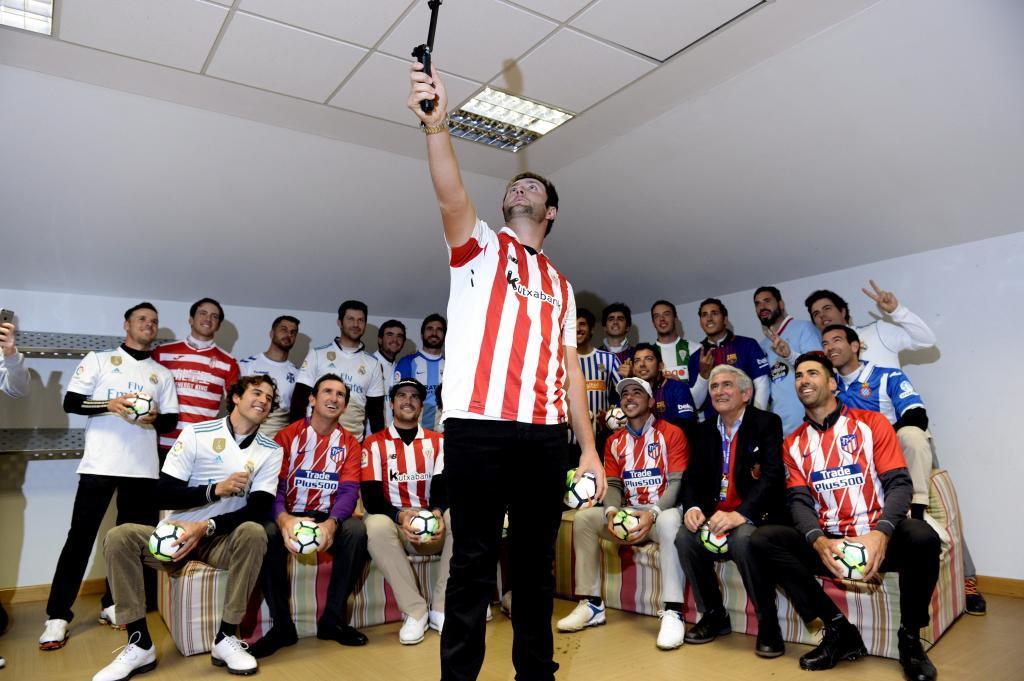 Rahm toma un 'selfie' de los participantes en el abierto de España con las camisetas de sus equipos de fútbol.