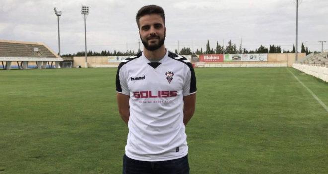 Pelayo Novo posa con la camiseta del Albacete.