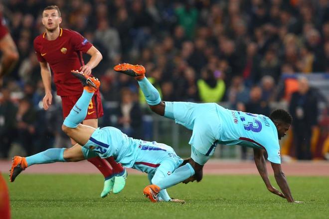 Umtiti y Andre Gomes caen durante el partido.