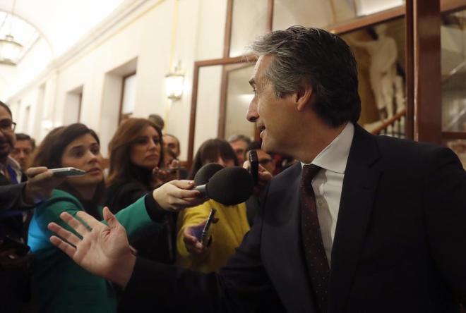 Íñigo de la Serna atiende a los medios en los pasillos del Congreso de los Diputados.