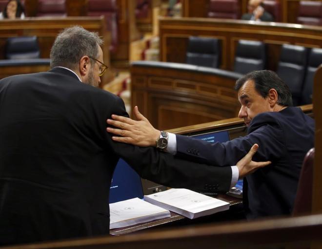 José Manuel Villegas y Fernando Martínez-Maíllo se saludan en el Congreso de los Diputados.