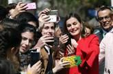 La Reina se ha hecho 'selfies' a la salida del acto.