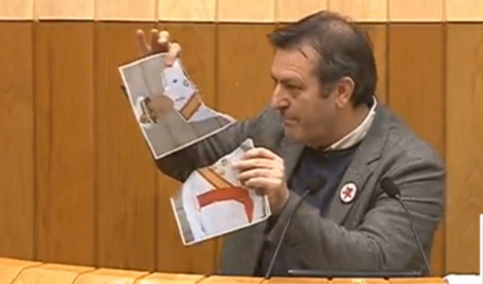 Un diputado del BNG rompe dos fotos del Rey en el Parlamento gallego