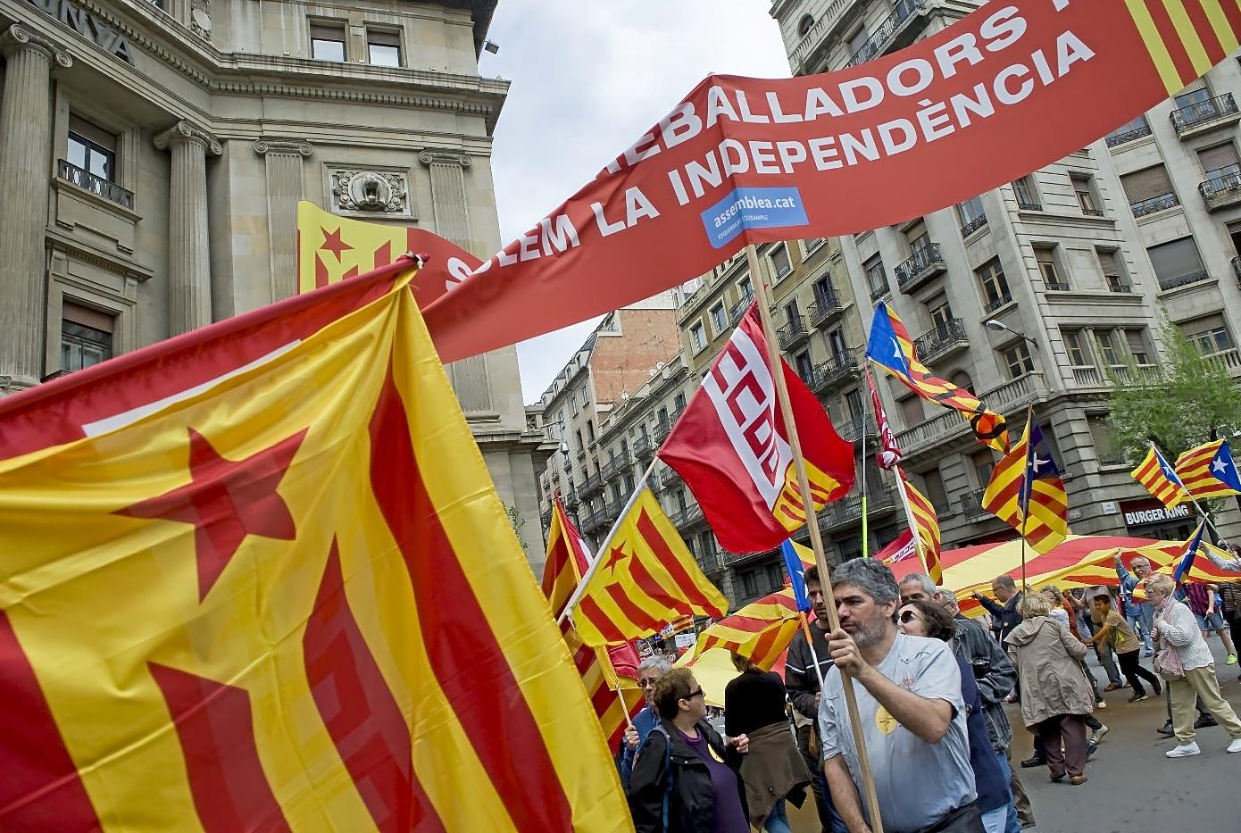 Una manifestación del Primero de Mayo en Barcelona, con enseñas de...