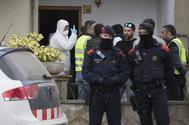 La policía durante la detención del acusado del doble homicidio de Susqueda.
