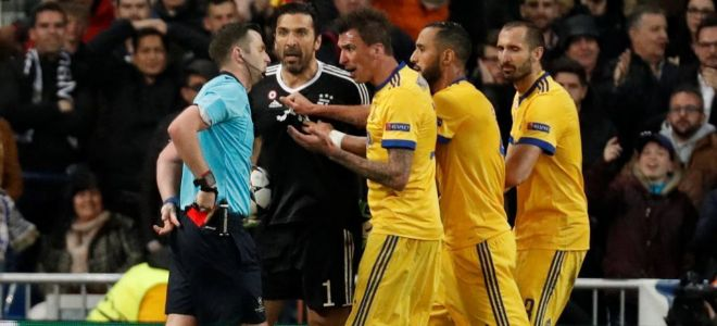 Oliver saca la roja para expulsar a Buffon tras protestar por el...