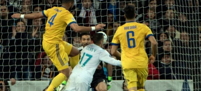 El momento en que Benatia comete el penalti sobre Lucas Vázquez.
