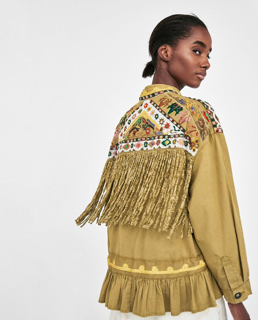 De cuello subido, manga larga con detalles bordados con abalorios...