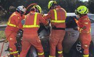 Los bomberos tratan de excarcelar a la víctima.