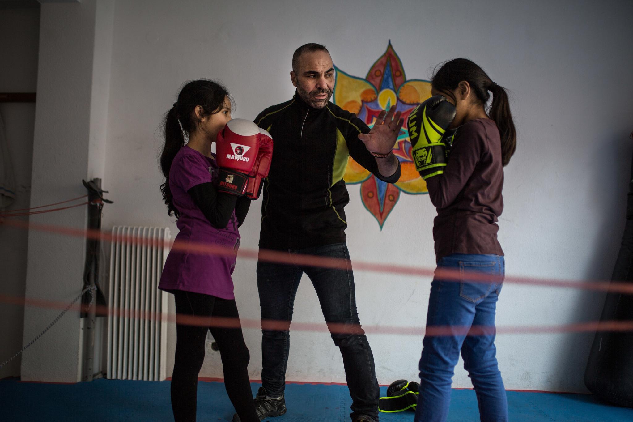 Jamal Alkaed entrena a dos niñas en su gimnasio de Atenas.