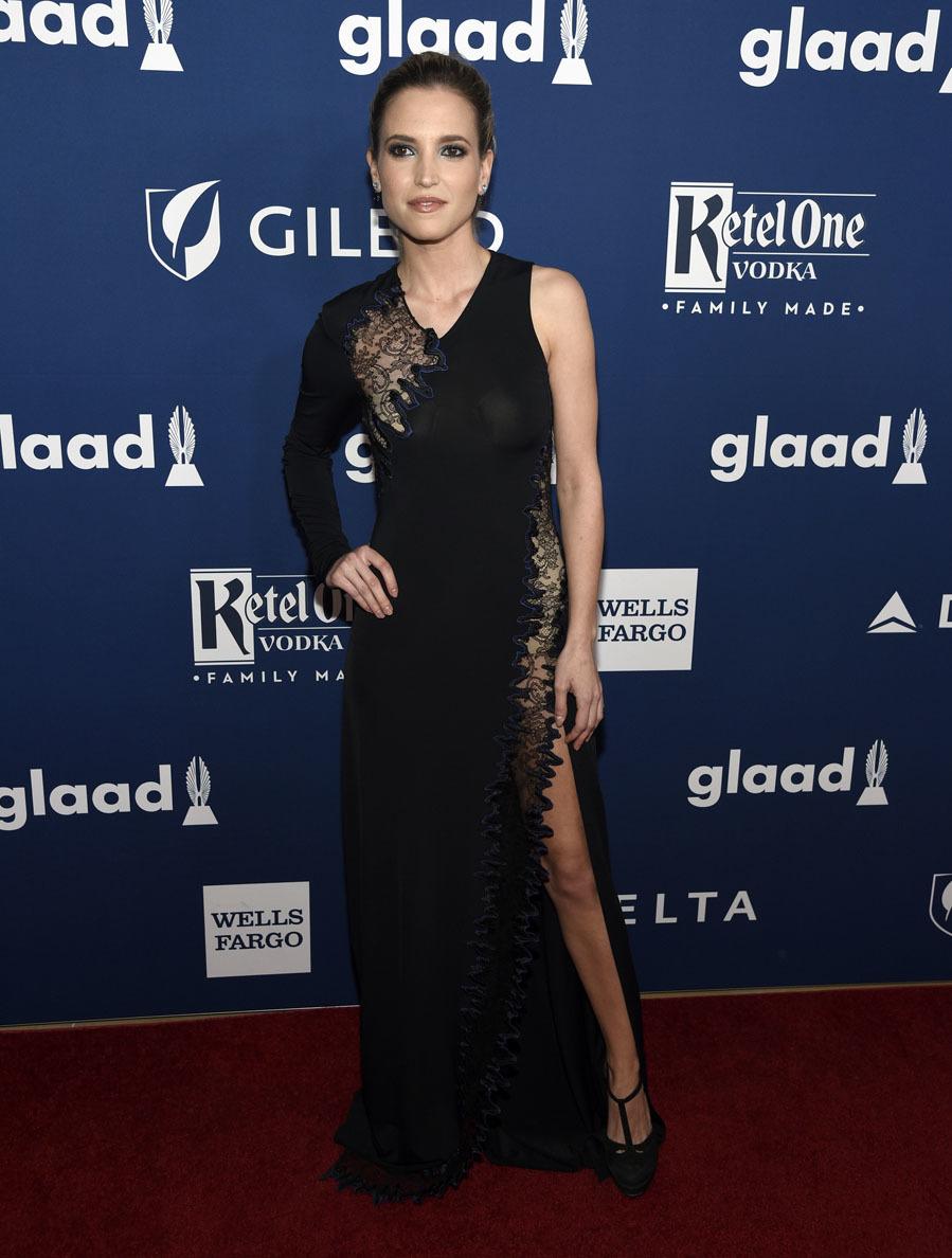 La actriz española escogió un vestido con escote asimétrico negro...
