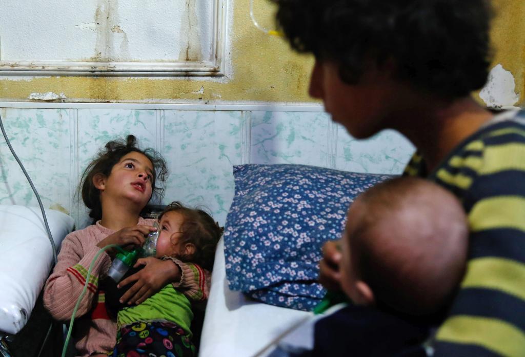 Una niña se recupera en un hospital de Duma del ataque químico supuestamente lanzado por el régimen de Asad.