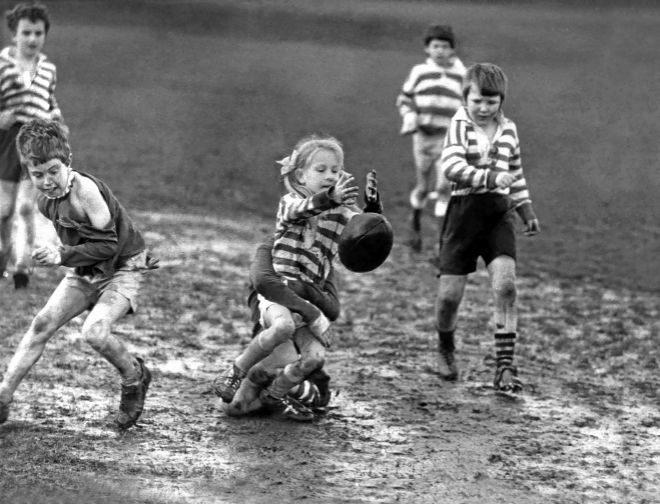 Un grupo de niños y niñas juegan al rugby en Leeds, Yorkshire (Inglaterra) en 1972.
