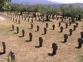 Sólo unos pocos olivos dan sombra a este peculiar cementerio en el...