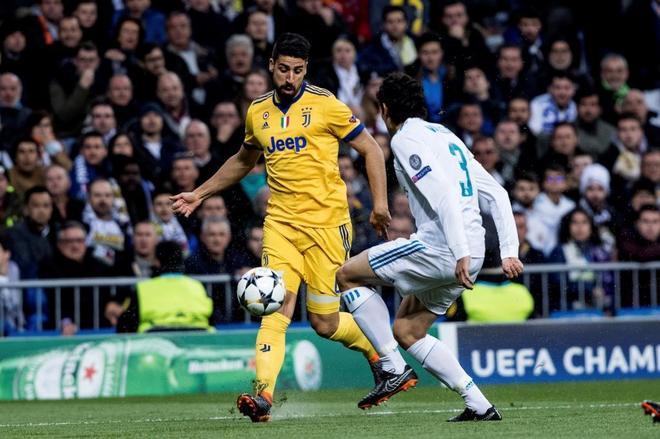 Sami Khedira pelea un balón con el defensa del Real Madrid, Jesús Vallejo.