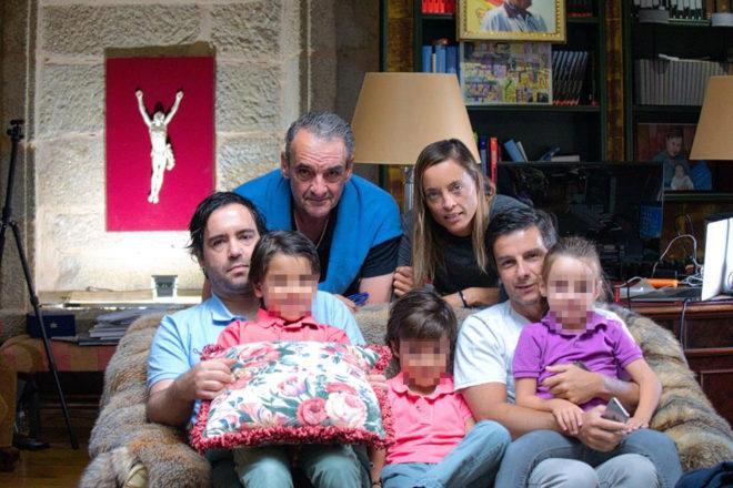 Mario Conde, junto a sus hijos, Mario y Alejandra; su yerno, Fernando Guasch, y sus nietos.