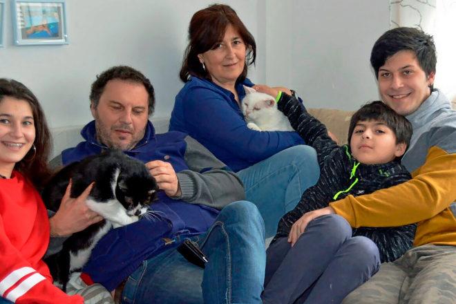 Fátima con Coty en brazos, 14 años y con VIF; a su lado, su esposo con Uxío, 5 años y también positivo; rodeados de sus hijos.