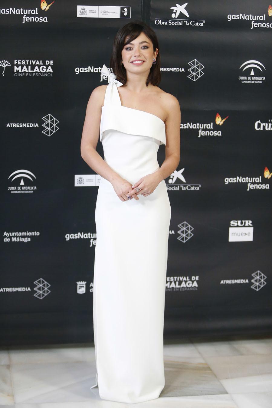 La actriz de La Llamada, apostó por un vestido de corte asimétrico y...