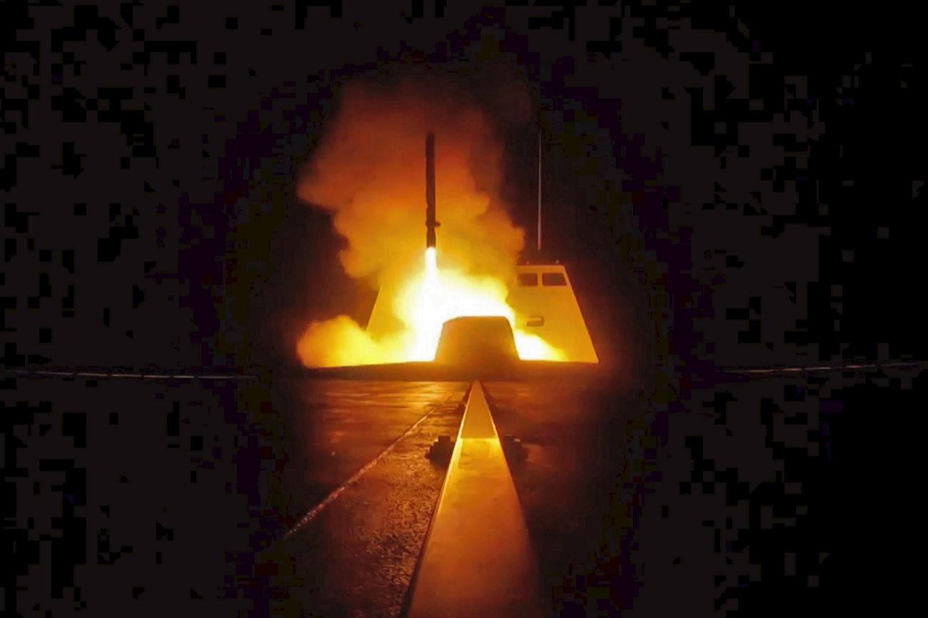 Una imagen tomada por el ministerio de defensa francés muestra el...