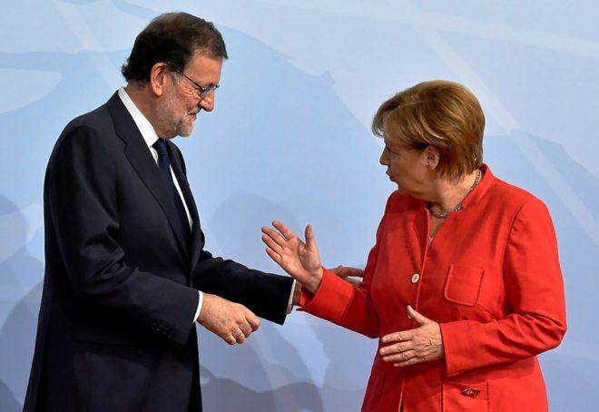 El presidente del Gobierno, Mariano Rajoy, y la canciller alemana, Angela Merkel, se saludan al comienzo de una reunión del G-20 en Hamburgo.