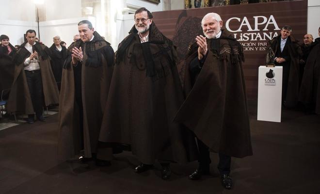Mariano Rajoy viste la capa de Aliste recibida durante su visita a...