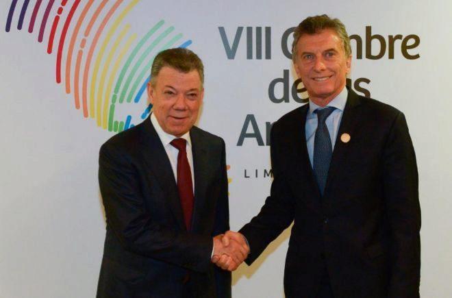 Saludo entre el presidente de Colombia, Juan Manuel Santos (izq.), el argentino, Mauricio Macri.