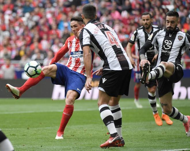 Fernando Torres remata el balón para marcar el tercero.
