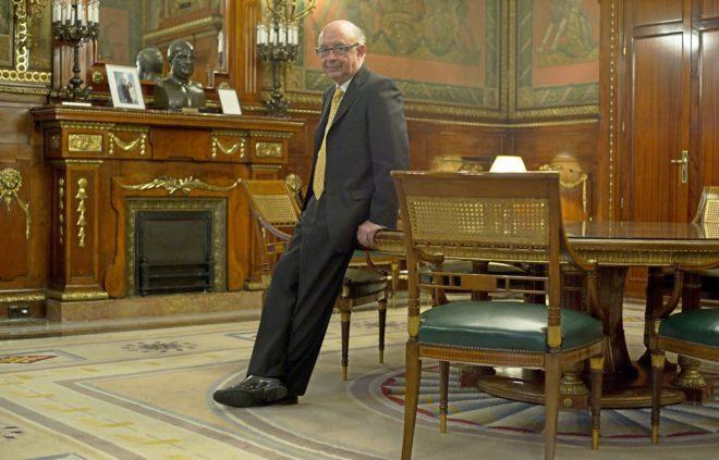 El ministro Cristóbal Montoro, en su despacho de la sede de Hacienda...
