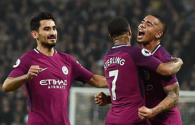 Raheem Sterling celebra junto a sus compañeros el tercer gol ante el...